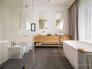 łazienka beżowa ze złotą armaturą - zdjęcie od TK Architekci