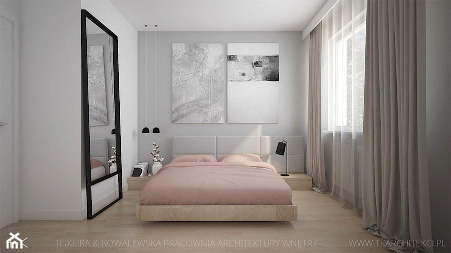 MIESZKANIE Z AKCENTAMI PUDROWEGO RÓŻU - Mała biała szara sypialnia małżeńska, styl nowoczesny - zdjęcie od TK Architekci