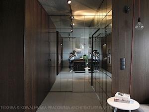 mieszaknie w barwach gorzkiej czekolady - Średni brązowy hol / przedpokój, styl nowoczesny - zdjęcie od TK Architekci