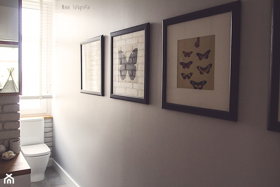Gdynia stara kamienica - Mała szara łazienka na poddaszu w bloku w domu jednorodzinnym z oknem, styl skandynawski - zdjęcie od Meblościanka Studio