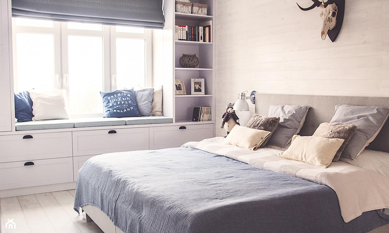 sypialnia w stylu skandynawskim, niebieska narzuta, białe meble
