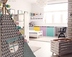 Gdynia stara kamienica - Średni biały pokój dziecka dla chłopca dla dziewczynki dla rodzeństwa dla malucha, styl skandynawski - zdjęcie od Meblościanka Studio