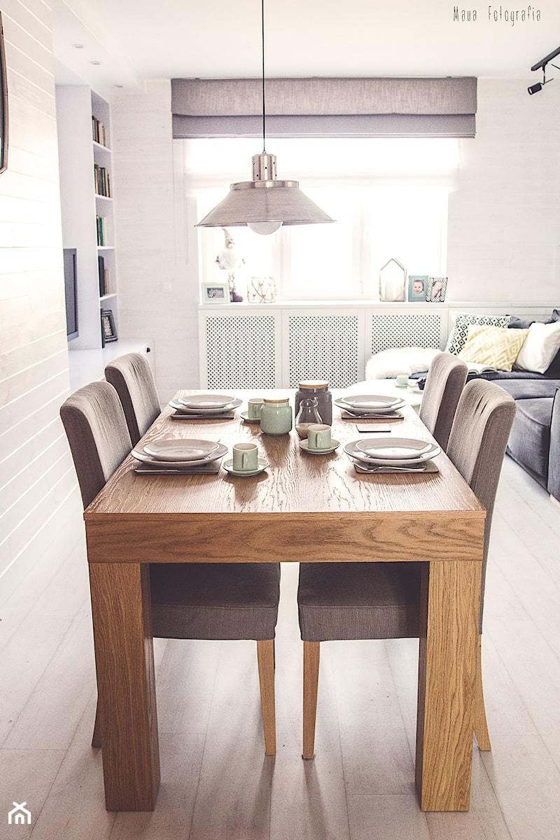 Gdynia stara kamienica - Mała otwarta beżowa jadalnia w salonie, styl skandynawski - zdjęcie od Meblościanka Studio