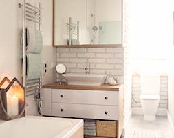 Gdynia stara kamienica - Średnia biała łazienka w domu jednorodzinnym z oknem, styl skandynawski - zdjęcie od Meblościanka Studio
