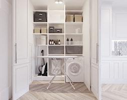 Apartament - Mechelinki - Mała zamknięta garderoba, styl glamour - zdjęcie od Meblościanka Studio