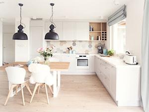 Gdynia Chwarzno - Średnia otwarta biała kolorowa kuchnia w kształcie litery l w aneksie z oknem, styl skandynawski - zdjęcie od Meblościanka Studio