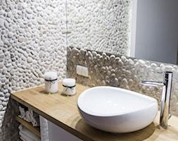 Metamorfoza mieszkania 80m2 - Mała łazienka w bloku bez okna - zdjęcie od Meblościanka Studio
