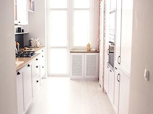 Gdynia stara kamienica - Mała otwarta biała czarna czerwona kuchnia dwurzędowa, styl skandynawski - zdjęcie od MEBLOŚCIANKA STUDIO