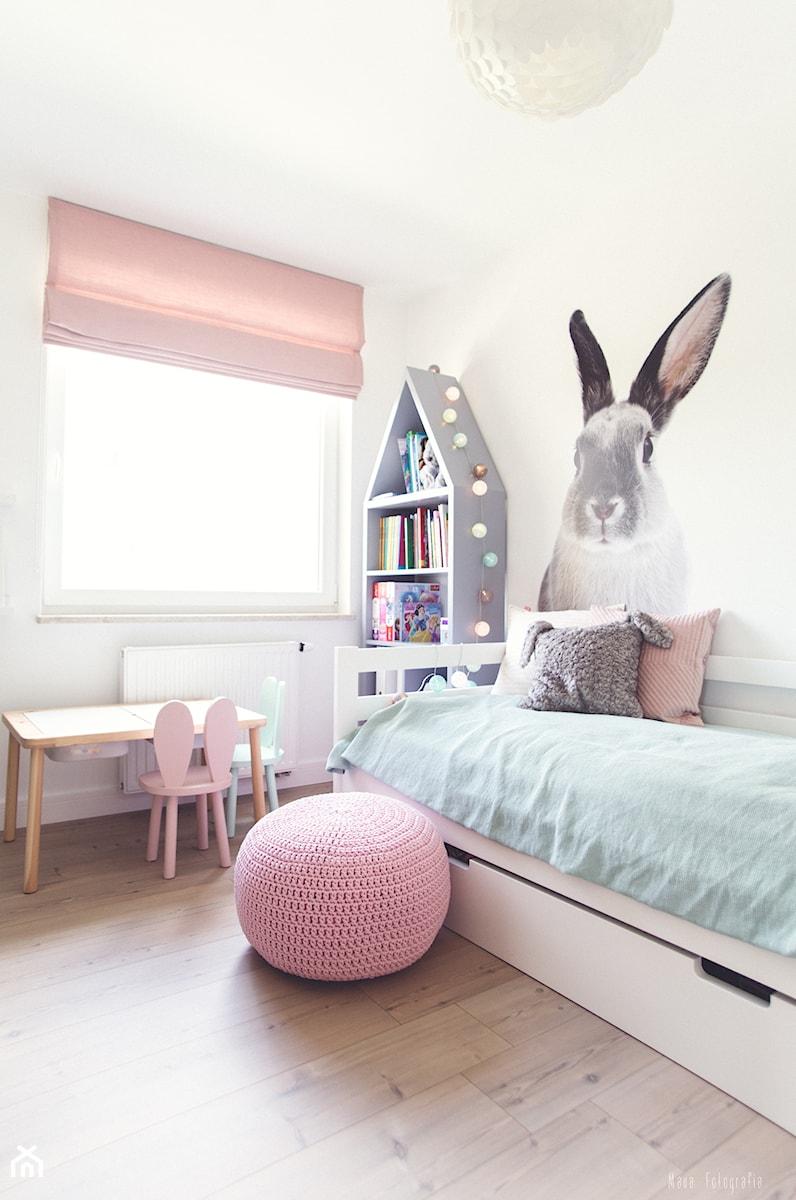 Gdynia Chwarzno - Mały biały pokój dziecka dla dziewczynki dla malucha, styl skandynawski - zdjęcie od MEBLOŚCIANKA STUDIO