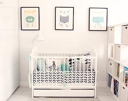 Gdynia stara kamienica - Mały biały pokój dziecka dla chłopca dla dziewczynki dla niemowlaka, styl skandynawski - zdjęcie od Meblościanka Studio