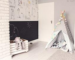 Gdynia stara kamienica - Średni biały szary czarny pokój dziecka dla dziewczynki dla malucha, styl skandynawski - zdjęcie od Meblościanka Studio