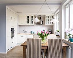 Aranżacja mieszkania 53m2 - Mała otwarta biała jadalnia w kuchni - zdjęcie od Meblościanka Studio
