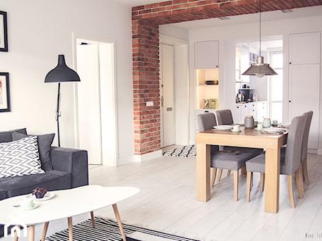Gdynia stara kamienica - Mała otwarta biała brązowa jadalnia w salonie, styl skandynawski - zdjęcie od Meblościanka Studio