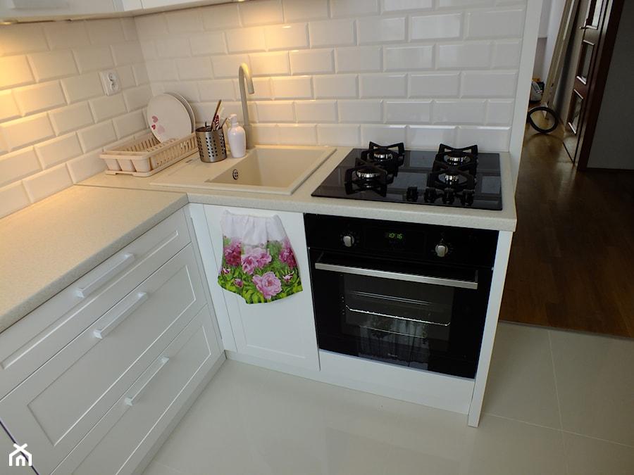 biała kuchnia  Średnia kuchnia w kształcie litery l, styl   -> Kuchnia Na Wymiar Mala