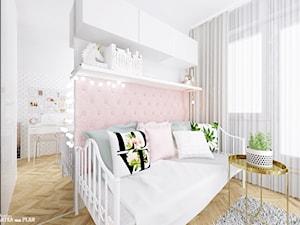 POKÓJ DZIECKA - dziewczynki / nastolatki - Mały szary różowy pokój dziecka dla dziewczynki dla ucznia dla nastolatka, styl nowoczesny - zdjęcie od Projektantka ma PLAN