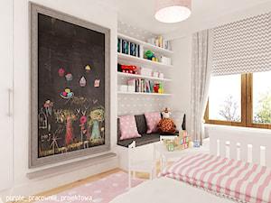 Mieszkanie Wilanów 110 m2 - Mały szary pokój dziecka dla dziewczynki dla ucznia dla malucha, styl skandynawski - zdjęcie od PURPLE PRACOWNIA