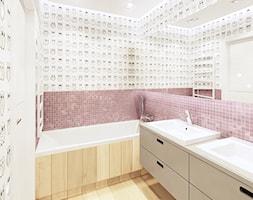 Mieszkanie Wilanów 110 m2 - Mała biała różowa łazienka na poddaszu w bloku w domu jednorodzinnym bez okna, styl nowoczesny - zdjęcie od PURPLE PRACOWNIA
