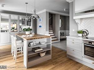 Dom pod Poznaniem - Duża otwarta szara kuchnia w kształcie litery l z wyspą z oknem, styl nowojorski - zdjęcie od SAS Wnętrza i Kuchnie