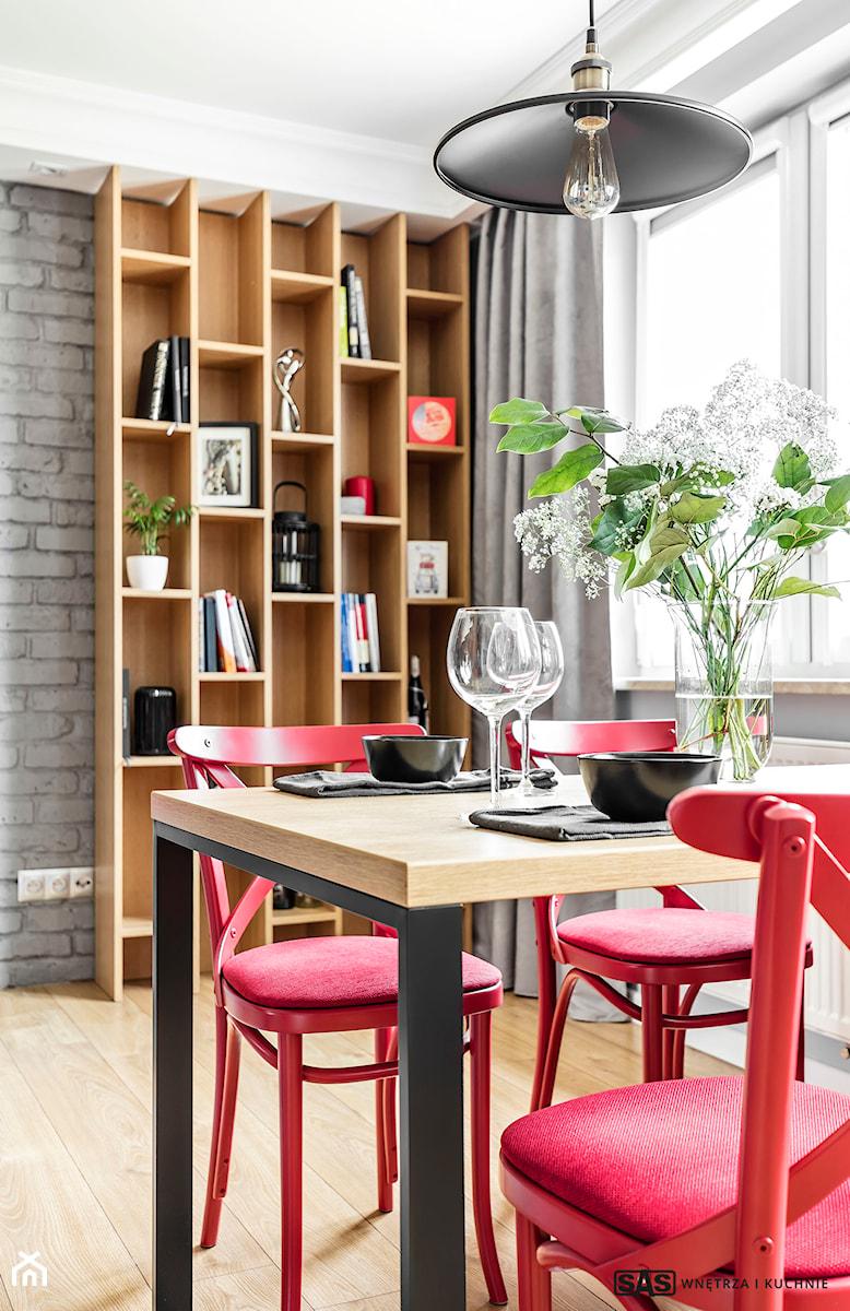 Mieszkanie z czerwonym akcentem - konkurs - Średnia biała jadalnia, styl industrialny - zdjęcie od SAS Wnętrza i Kuchnie