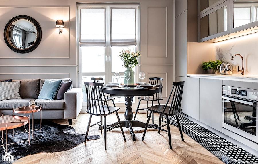 Mieszaknie w kamienicy - Mała otwarta beżowa jadalnia w kuchni, styl eklektyczny - zdjęcie od SAS Wnętrza i Kuchnie