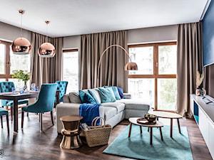 Nadmorski apartament - konkurs - Średni beżowy niebieski salon z jadalnią, styl nowoczesny - zdjęcie od SAS Wnętrza i Kuchnie