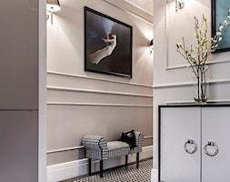 Mieszaknie w kamienicy - Średni beżowy hol / przedpokój, styl eklektyczny - zdjęcie od SAS Wnętrza i Kuchnie - Homebook
