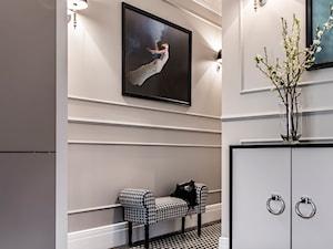 Mieszaknie w kamienicy - Średni beżowy hol / przedpokój, styl eklektyczny - zdjęcie od SAS Wnętrza i Kuchnie