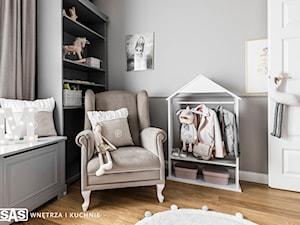 Dom pod Poznaniem - Mały szary pokój dziecka dla chłopca dla dziewczynki dla malucha, styl nowojorski - zdjęcie od SAS Wnętrza i Kuchnie