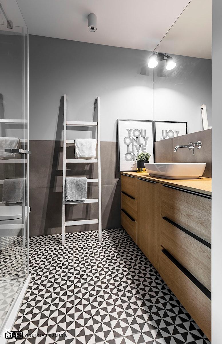 Mieszkanie z czerwonym akcentem - konkurs - Średnia szara łazienka w bloku w domu jednorodzinnym bez okna, styl industrialny - zdjęcie od SAS Wnętrza i Kuchnie