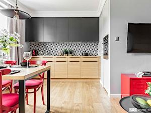 Mieszkanie z czerwonym akcentem - konkurs - Mała otwarta szara kuchnia w kształcie litery l jednorzędowa w aneksie z oknem, styl industrialny - zdjęcie od SAS Wnętrza i Kuchnie