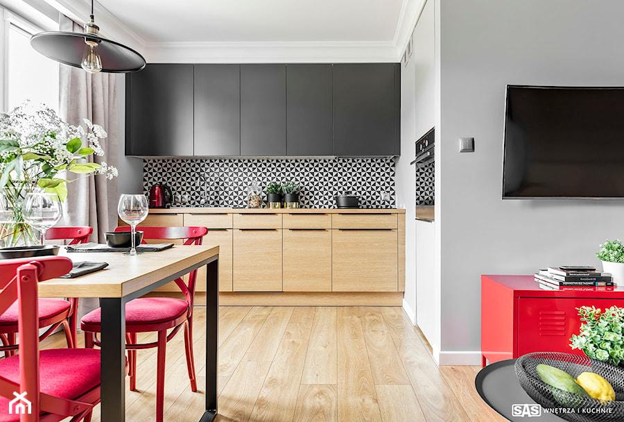 Mieszkanie z czerwonym akcentem  Mała otwarta kuchnia w   -> Kuchnie Male Inspiracje