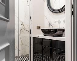 Mieszaknie w kamienicy - Mała biała beżowa łazienka w bloku, styl eklektyczny - zdjęcie od SAS Wnętrza i Kuchnie - Homebook