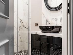 Mieszaknie w kamienicy - Mała biała beżowa łazienka w bloku, styl eklektyczny - zdjęcie od SAS Wnętrza i Kuchnie