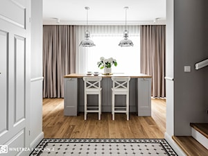 Dom pod Poznaniem - Średnia otwarta szara jadalnia w kuchni w salonie, styl nowojorski - zdjęcie od SAS Wnętrza i Kuchnie