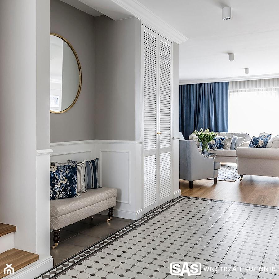 Dom pod Poznaniem - Średni biały szary hol / przedpokój, styl nowojorski - zdjęcie od SAS Wnętrza i Kuchnie