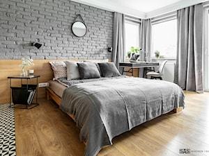 Mieszkanie z czerwonym akcentem - konkurs - Duża biała szara sypialnia małżeńska z balkonem / tarasem, styl industrialny - zdjęcie od SAS Wnętrza i Kuchnie