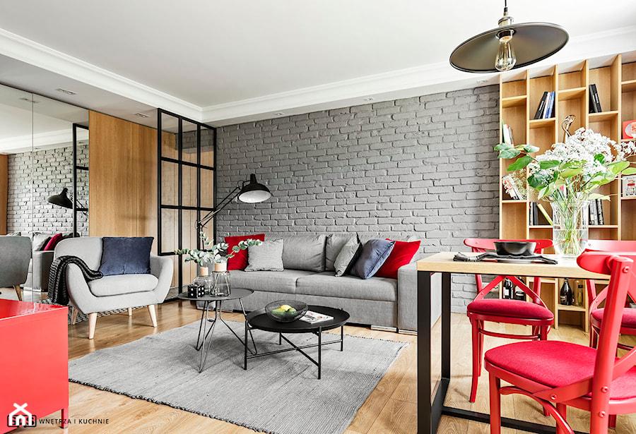 Mieszkanie z czerwonym akcentem - konkurs - Średni szary salon z bibiloteczką, styl industrialny - zdjęcie od SAS Wnętrza i Kuchnie