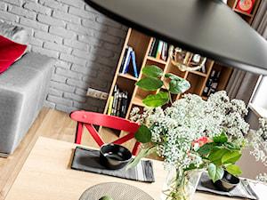 Mieszkanie z czerwonym akcentem - konkurs - Mała otwarta szara jadalnia w salonie, styl industrialny - zdjęcie od SAS Wnętrza i Kuchnie