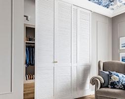 Dom pod Poznaniem - Beżowa sypialnia z garderobą, styl nowojorski - zdjęcie od SAS Wnętrza i Kuchnie - Homebook