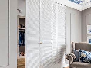 Dom pod Poznaniem - Beżowa sypialnia z garderobą, styl nowojorski - zdjęcie od SAS Wnętrza i Kuchnie