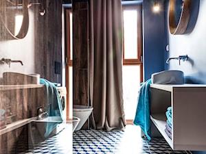 Nadmorski apartament - konkurs - Mała niebieska łazienka w bloku w domu jednorodzinnym z oknem, styl nowoczesny - zdjęcie od SAS Wnętrza i Kuchnie