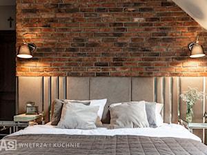 Dom w klasycznym stylu - Średnia brązowa sypialnia małżeńska na poddaszu - zdjęcie od SAS Wnętrza i Kuchnie