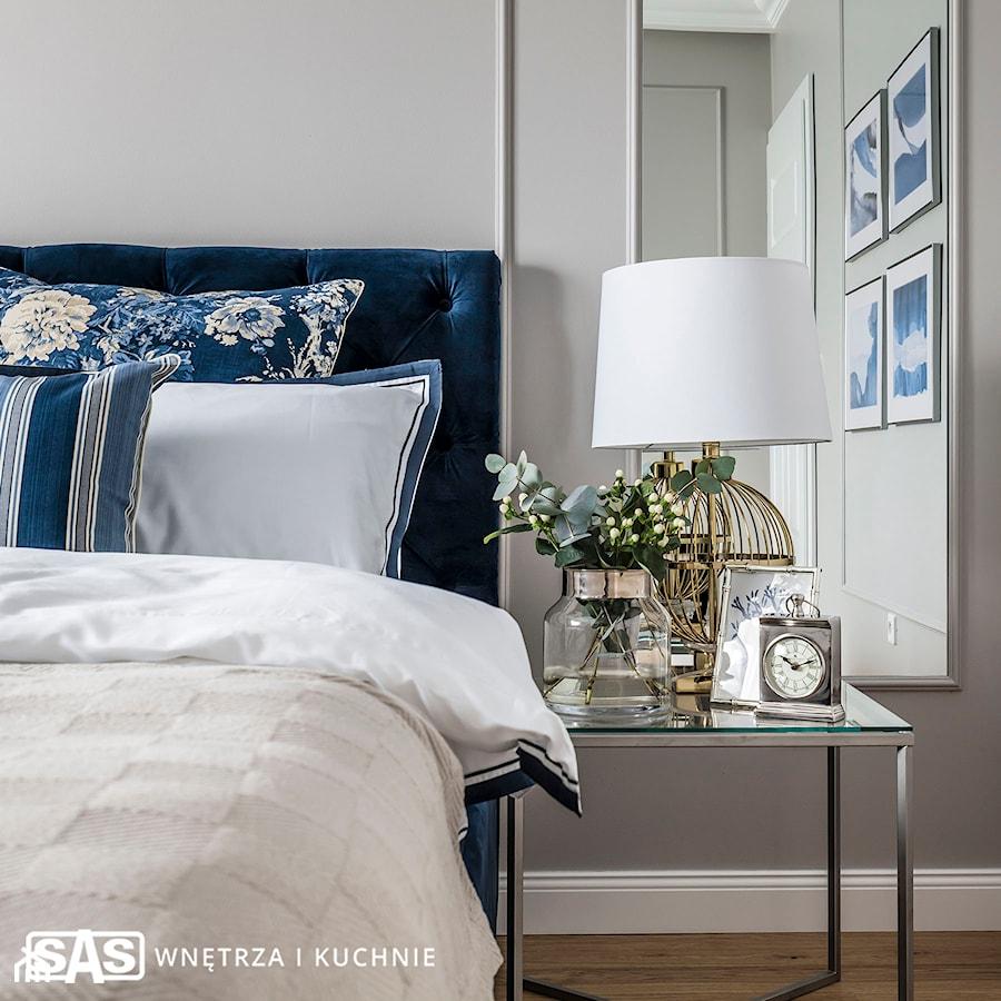 Dom pod Poznaniem - Biała szara sypialnia małżeńska, styl nowojorski - zdjęcie od SAS Wnętrza i Kuchnie