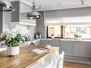 Dom pod Poznaniem - Średnia zamknięta szara kuchnia w kształcie litery l z oknem, styl nowojorski - zdjęcie od SAS Wnętrza i Kuchnie