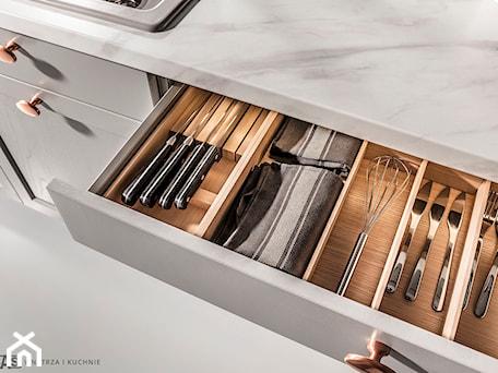 Aranżacje wnętrz - Kuchnia: Kuchnia Bristol - Kuchnia, styl klasyczny - SAS Wnętrza i Kuchnie. Przeglądaj, dodawaj i zapisuj najlepsze zdjęcia, pomysły i inspiracje designerskie. W bazie mamy już prawie milion fotografii!