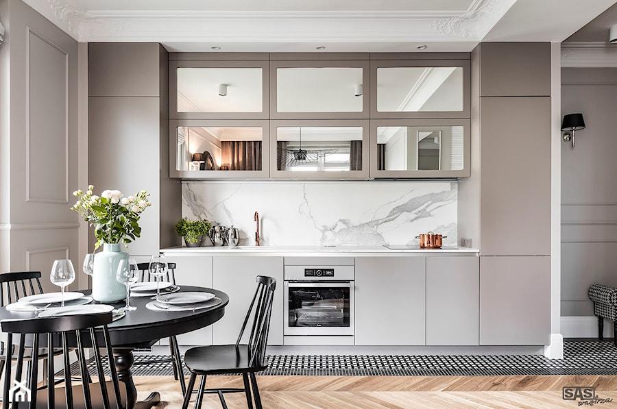 Mieszaknie w kamienicy - Średnia otwarta szara kuchnia jednorzędowa w aneksie, styl eklektyczny - zdjęcie od SAS Wnętrza i Kuchnie