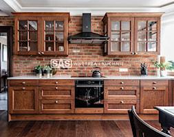 Dom w klasycznym stylu - Średnia zamknięta biała kuchnia w kształcie litery l z oknem - zdjęcie od SAS Wnętrza i Kuchnie - Homebook