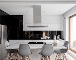 ul. Rzeczypospolitej 2 - Duża otwarta biała czarna kuchnia w kształcie litery l z wyspą, styl minimalistyczny - zdjęcie od Patryk Kowalski Design - Homebook