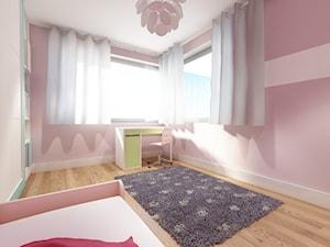 Błonie 1 - Duży biały szary pokój dziecka dla dziewczynki dla ucznia dla malucha dla nastolatka, styl tradycyjny - zdjęcie od Patryk Kowalski Design