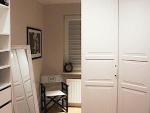 ul. Obrońców Tobruku - Średnia zamknięta garderoba z oknem przy sypialni, styl klasyczny - zdjęcie od Patryk Kowalski Design